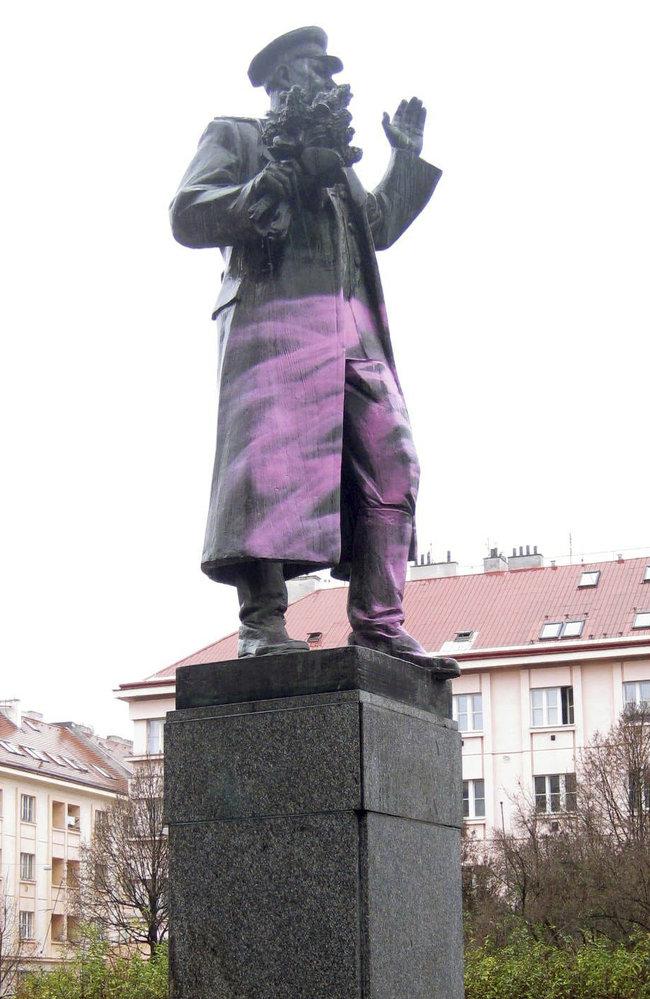 Neznámý pachatel vyrobil Koněvovi růžové kalhoty