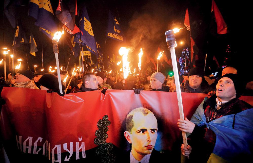 Nakyjevském Majdanu se objevily Banderovy portréty. Druhá strana ukrajinského konfliktu odpověděla snímkem, naněmž je Bandera zachycen vuniformě wehrmachtu při fotografování sněmeckými důstojníky.