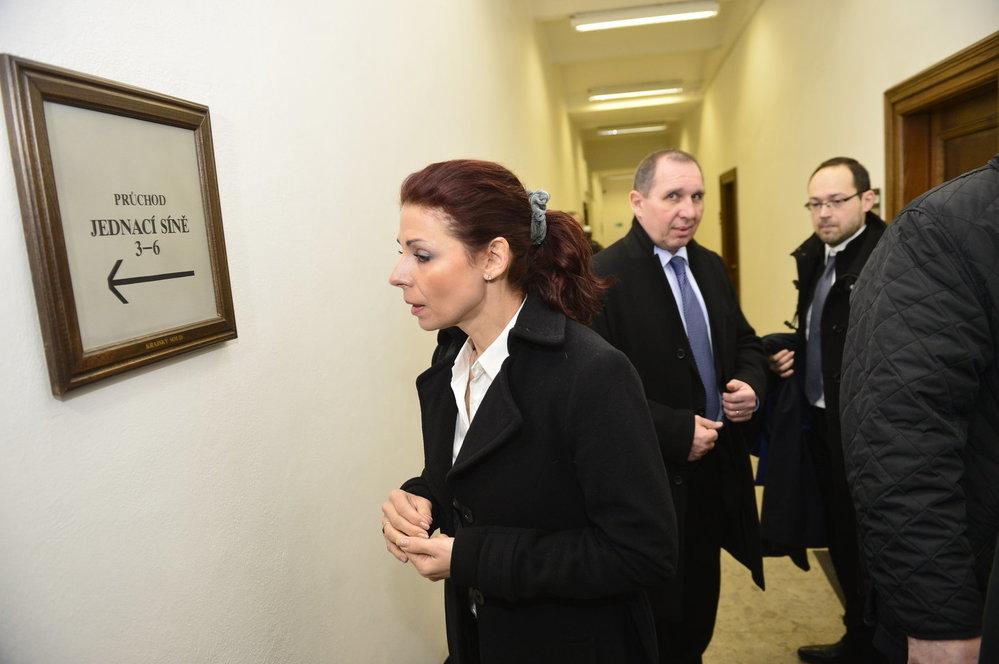 Kateřina Kottová vchází do soudní síně v roce 2015.