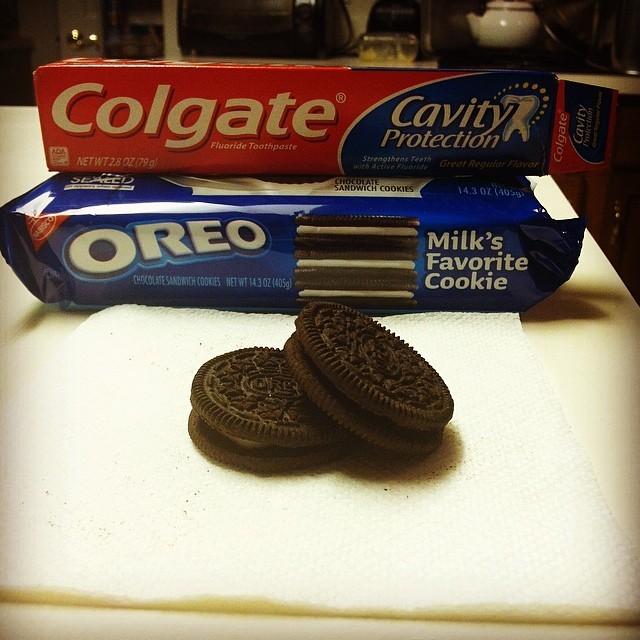 1. Mezi sušenky Oreos dejte pastu na zuby.
