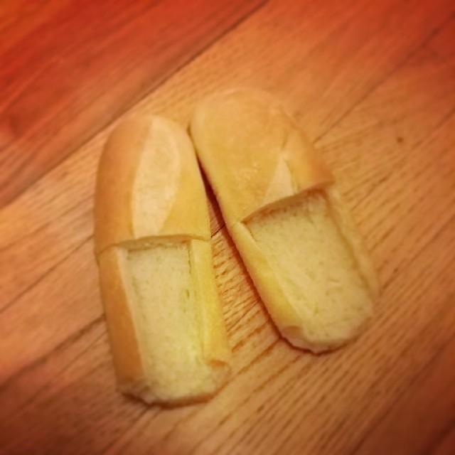 12. Místo pantoflí vyrobte pantofle z chleba.