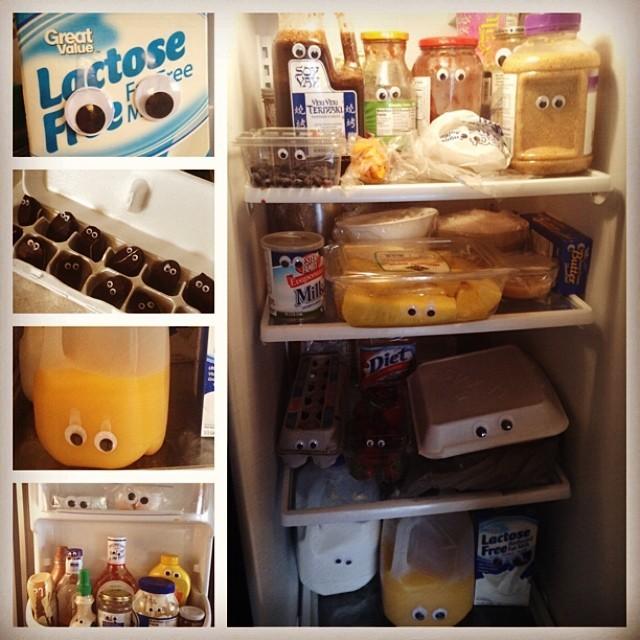 15. Na všechno jídlo v ledničcce nalepte oči.