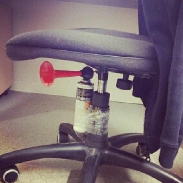 4. Dejte sirénu pod kolegovu židli...