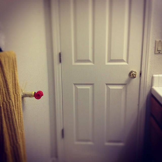 5. ...nebo ji připevněte za dveře.