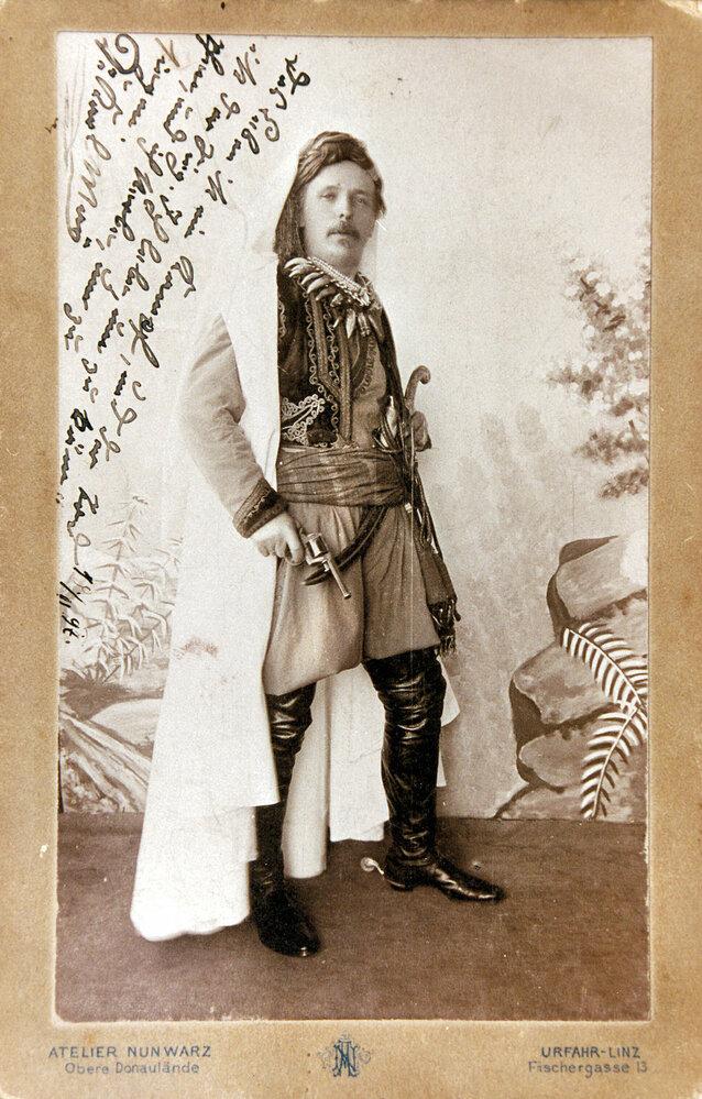 Sám Karel May,  malý velký muž, milovník převleků –  tentokrát jako  Kara ben Nemsí