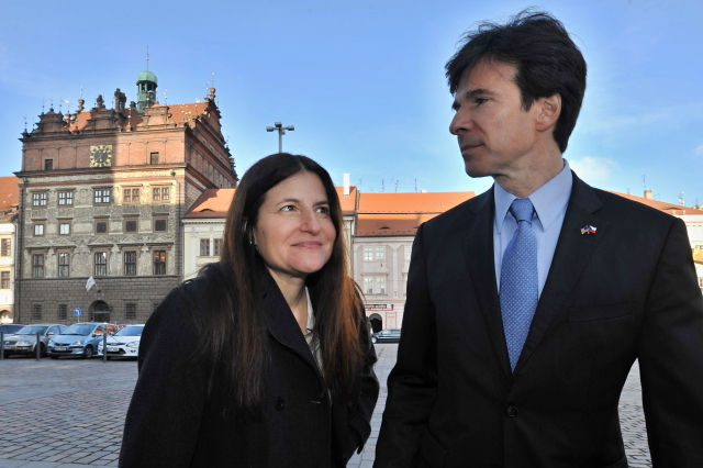 Velvyslanec USA v Česku Andrew Schapiro s manželkou