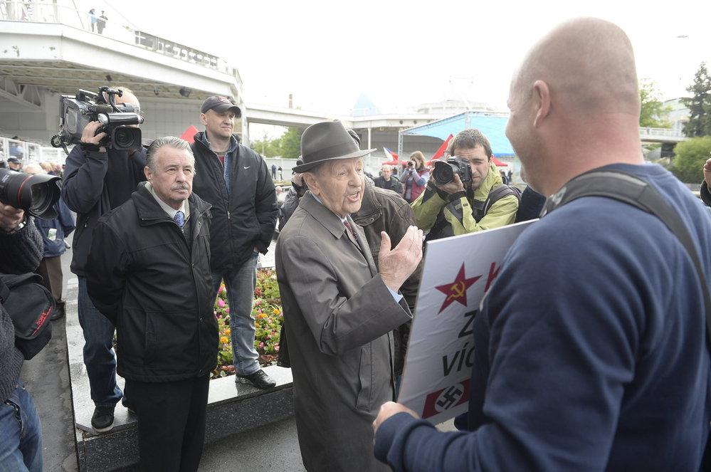 Prvomájový mítink KSČM: Jakeš debatuje s odpůrci komunistů