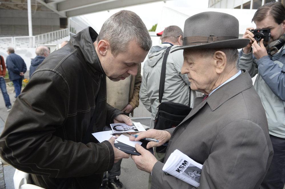 Prvomájový mítink KSČM: Miloš Jakeš rozdává autogramy