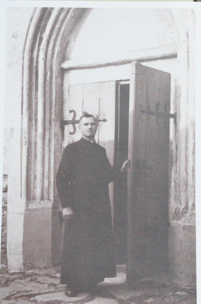 Toufar před Číhošťským kostelem.