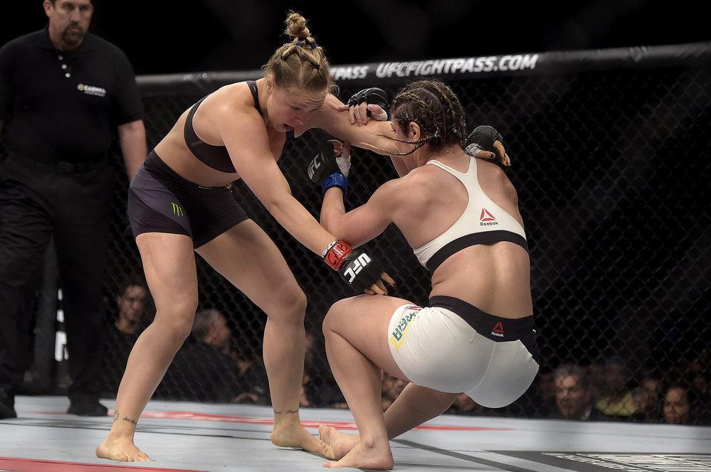 Série dobře mířenými údery Ronda Rouseyová poslala brazilskou soupeřku k zemi