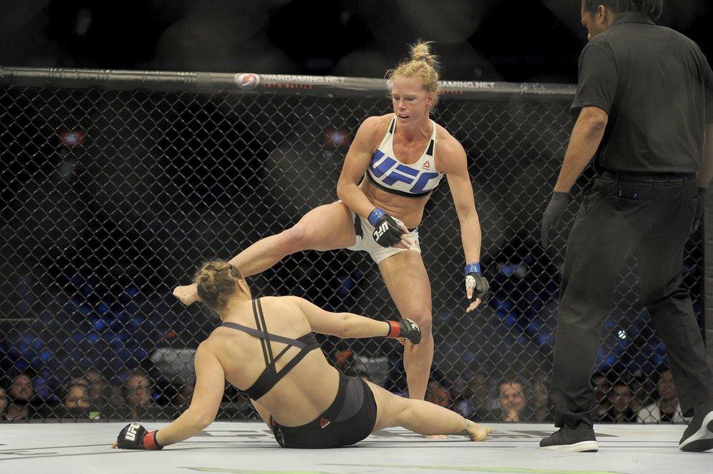 Holly Holmová nad Rondou Rouseyovou, která v tomhle zápase ztratila auru neporazitelnosti