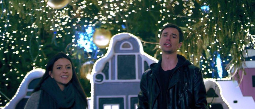 Youtubeři Johny Machette a Teri Blitzen pod vánočním stromem.