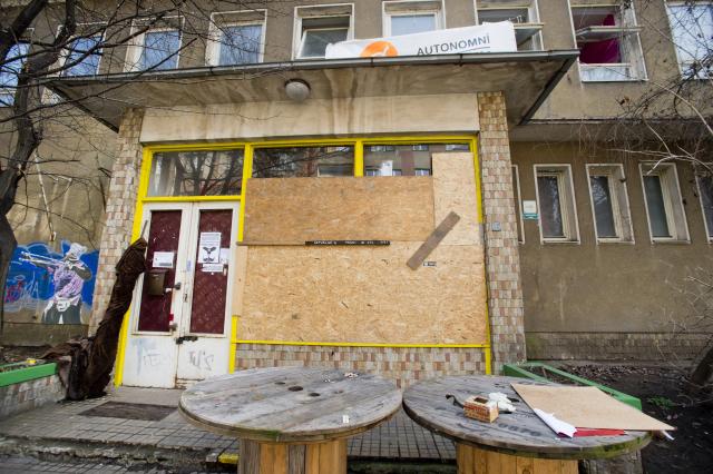 Extremisté zaútočili na autonomní sociální centrum Klinika