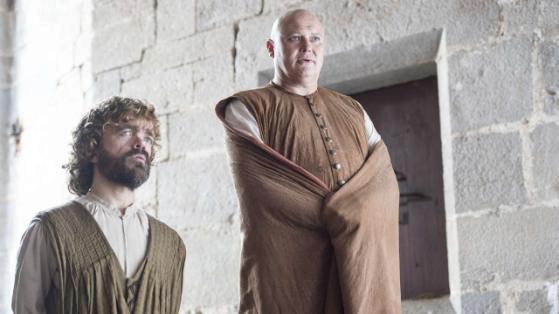 Peter Dinklage jako Tyrion Lannister a Conleth Hill v roli Varyse v seriálu Hra o trůny.