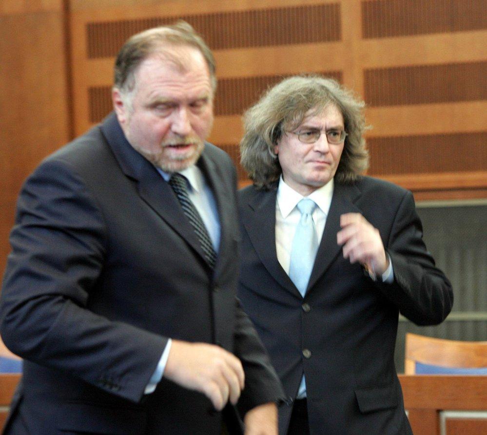 Tomáš Sokol (vpředu) hájil také Bohumila Kulínského, sbormistr Bambini di Praga, který dostal trest za zneužívání sboristek.
