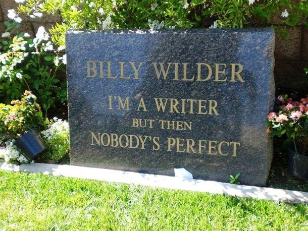 """""""Jsem spisovatel, ale nikdo není dokonalý"""". Variaci na finální větu slavného filmu Někdo to rád horké si na náhrobní kámen nechal vytesat Billy Wilder"""
