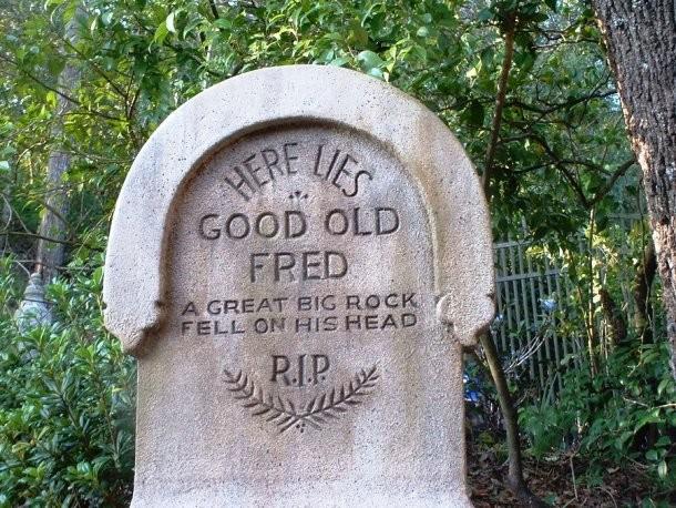 A když už se na náhrobní kámen popisuje způsob úmrtí, může se i zveršovat