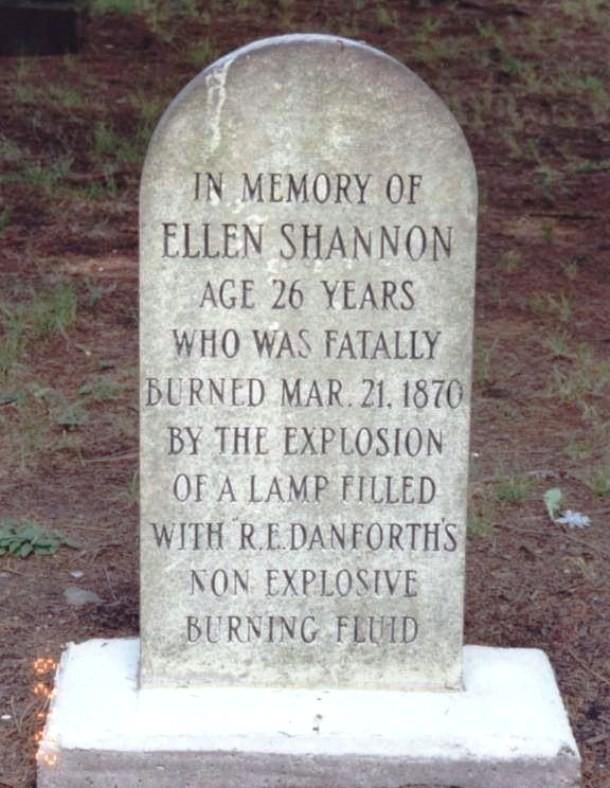 Na náhrobním kameni se také může popsat kuriozní způsob smrti - jako například v důsledku popálenin po výbuchu lampy naplněné nehořlavou kapalinou...