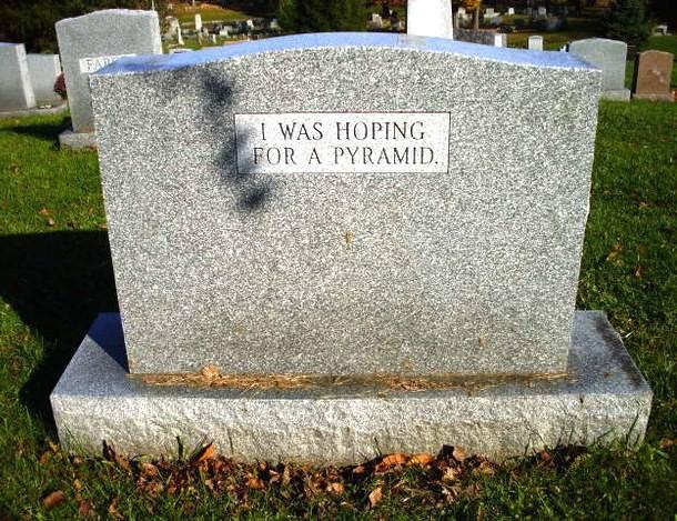 """""""Doufal jsemv pyramidu"""", říká lehce vyčítavý náhrobní nápis"""