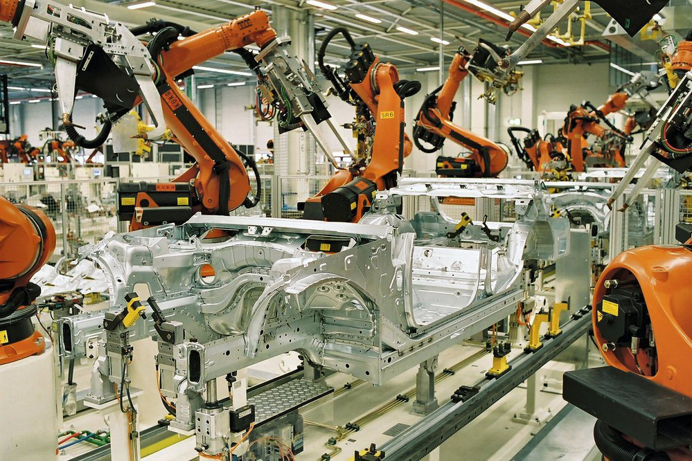 Výrobní roboty v autoprůmyslu - ilustrační foto