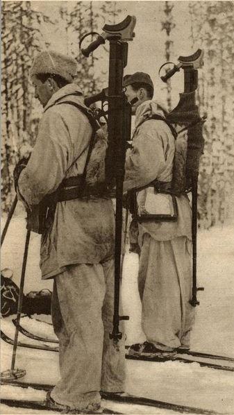Švédští dobrovolníci s protitankovými střelami.