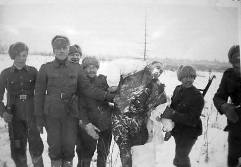 Finové nesou zmrzlého Rusa.