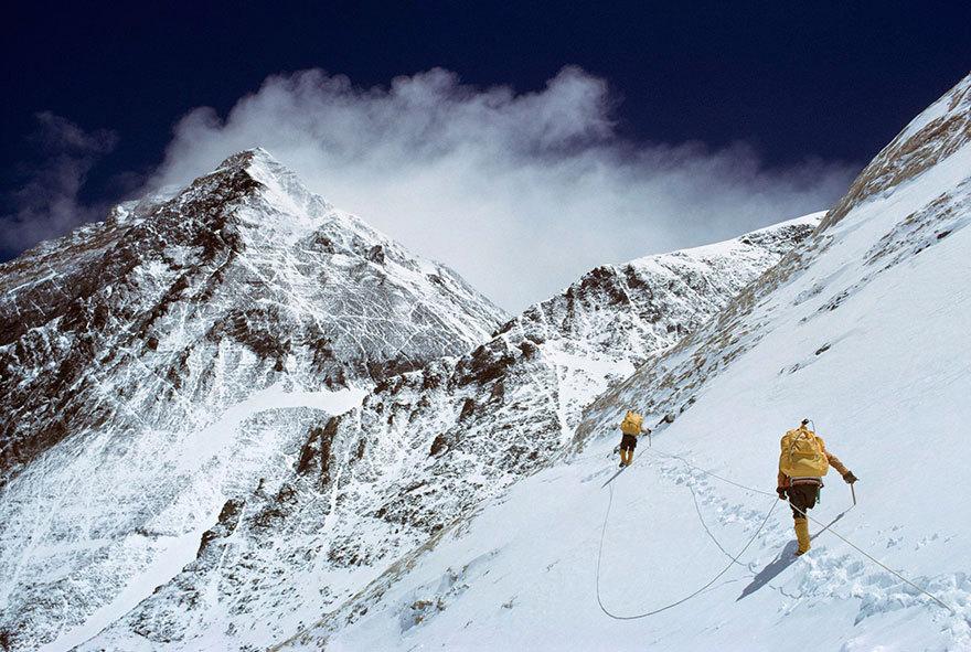 Myslíte si, že na Mount Everest dokáže vylézt jen dobře připravený horolezec?