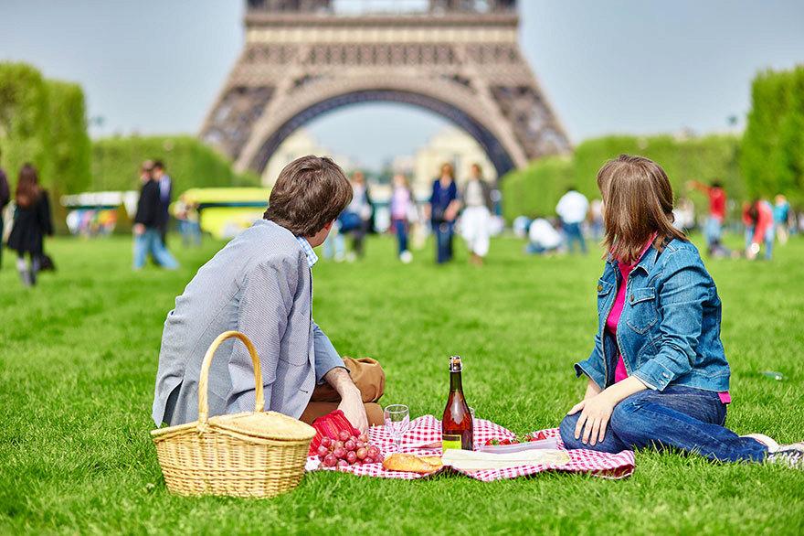 Romantický piknik v těsné blízkosti Eiffelovy věže?