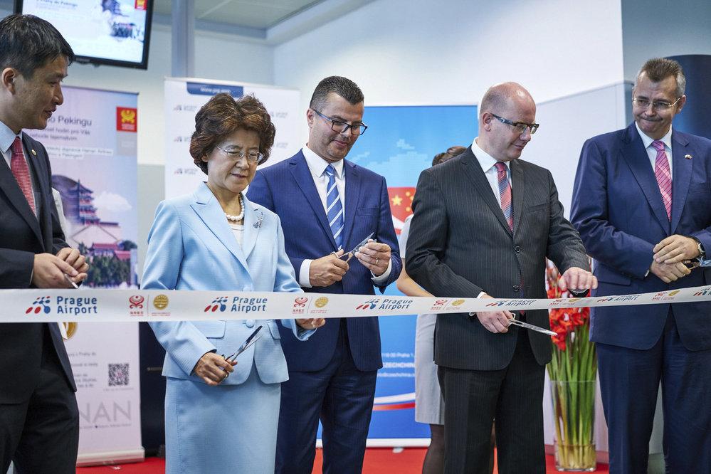 """Otevírání další letecké linky mezi Českem a Čínou. """"Luftjarda"""" Tvrdík nesměl chybět."""