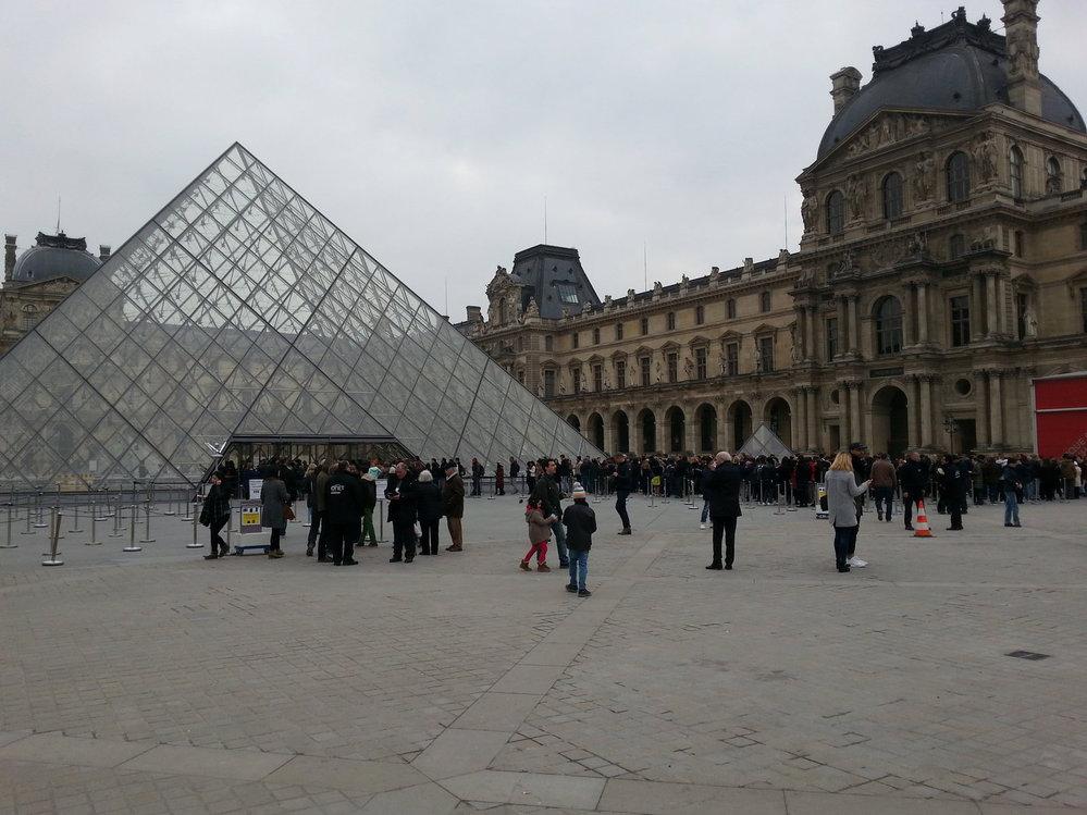 6. Louvre Museum – S šestým místem zůstaneme ještě v romantické Paříži. Dalším místem, jež lidé velmi často fotografují, je proslulý Louvre. Muzeum, které patří k největším na světě. Sídlí v palácovém komplexu Palais du Louvre, bývalém sídle francouzských králů.