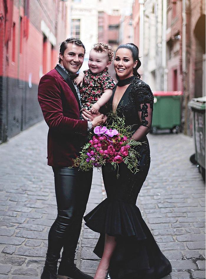 Jaryd a Sophie. Když neobvyklá svatba, tak i fotografie - zátiší s popelnicemi