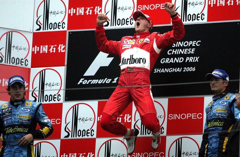 Michael Schumacher se raduje ze svého posledního triumfu v kariéře v roce 2006 v Číně