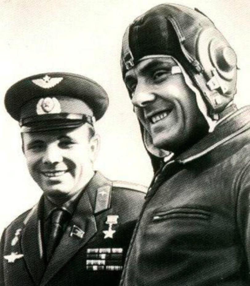 Gagarin (vlevo) První oběť kosmu a Komarov.