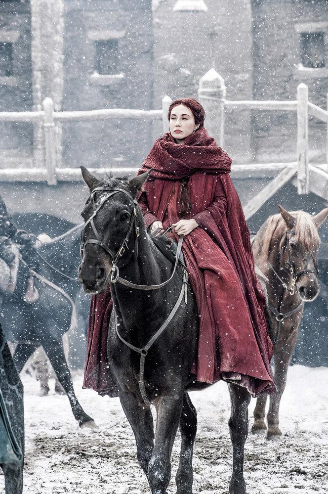 """Rudá kněžka všesté řadě Game of Thrones: vtuhle chvíli nikdo kromě tvůrců samotných netuší, jakou udělá vnásledujících dílech seriálu paseku. Poloňském předčasném """"úniku"""" prvních epizod páté řady Hry otrůny nainternet jsou bezpečnostní opatření tvrdší než ustožáru Pražského hradu"""