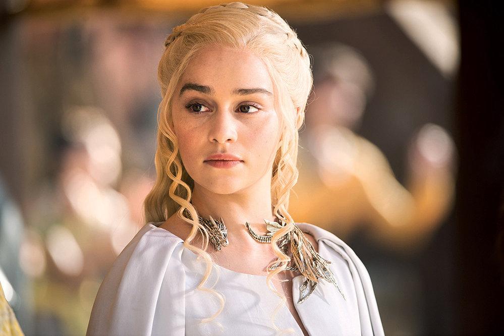 Daenerys – poslední příslušnice rodu Targaryenů, který donedávna říši vládl. Teď je vexilu asbírá armádu, vjejímž čele by se vrátila domů. Nazačátku ji provdali zašéfa nomádské tlupy Dothraků. Drogo ovšem brzy zemřel azjeho pohřební hranice se Daenerys vynořila se třemi dráčky. Sjejich pomocí začíná osvobozovat otroky adobývat městské státy. Udržet vnich klid ale nezvládá, před nepokoji ji zachránil jeden zdraků.