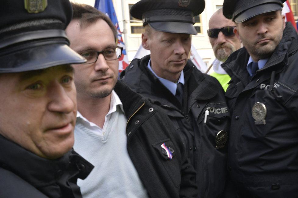 Předseda Národní demokracie Adam B. Bartoš byl zatčen na jaře a obviněn ze tří činů proti lidskosti