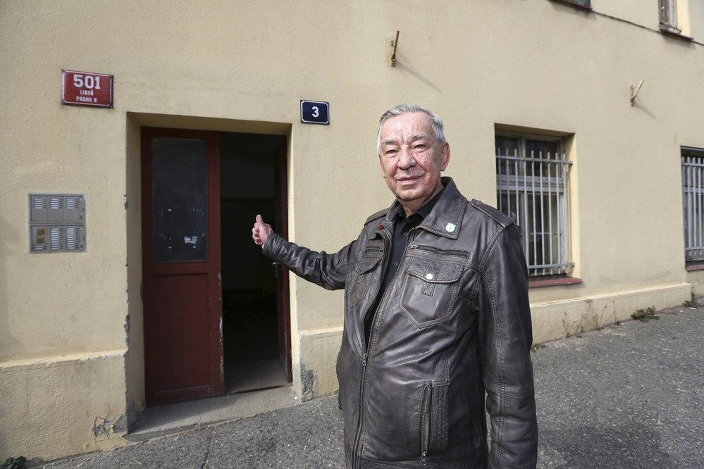 Kriminalista Miloslav Dočekal u vchodu do ubytovny, kam Oplíštil holčičku odnesl.