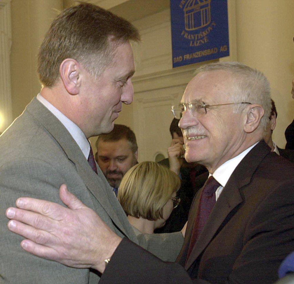 Topolánek Klause přesto obdivoval a pomohl mu k dvojímu zvolení prezidentem. Klaus Topolánkovi premiérství neulehčil, dnes o něm ale mluví veskrze pozitivně.