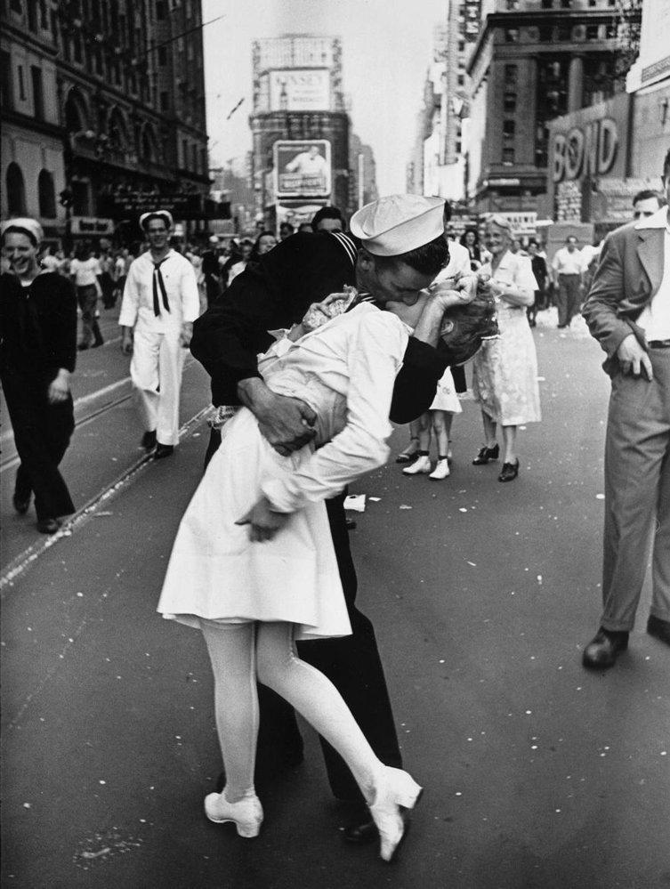Ikonická fotografie z newyorského Times Square, která se stala symbolem konce 2. světové války