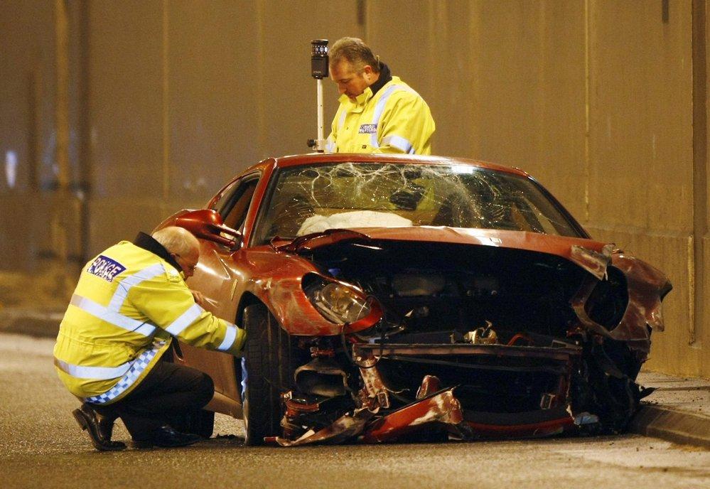 Policisté kontrolují poškozené auto.