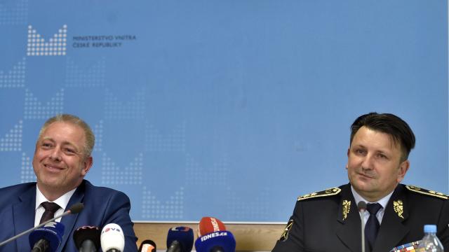 Policejní prezident Tomáš Tuhý (na snímku s ministrem vnitra Milanem Chovancem) je prý podezřelý z úniku informací.