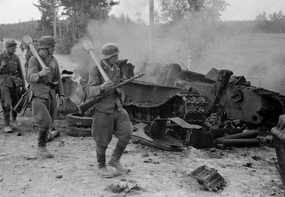 Finští vojáci u zničeného sovětského tanku