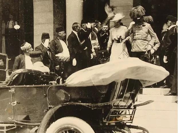 František Ferdinand d´Este a jeho žena Žofie Chotková opouštějí sarajevskou radnici. Za pár minut budou oba zastřeleni.