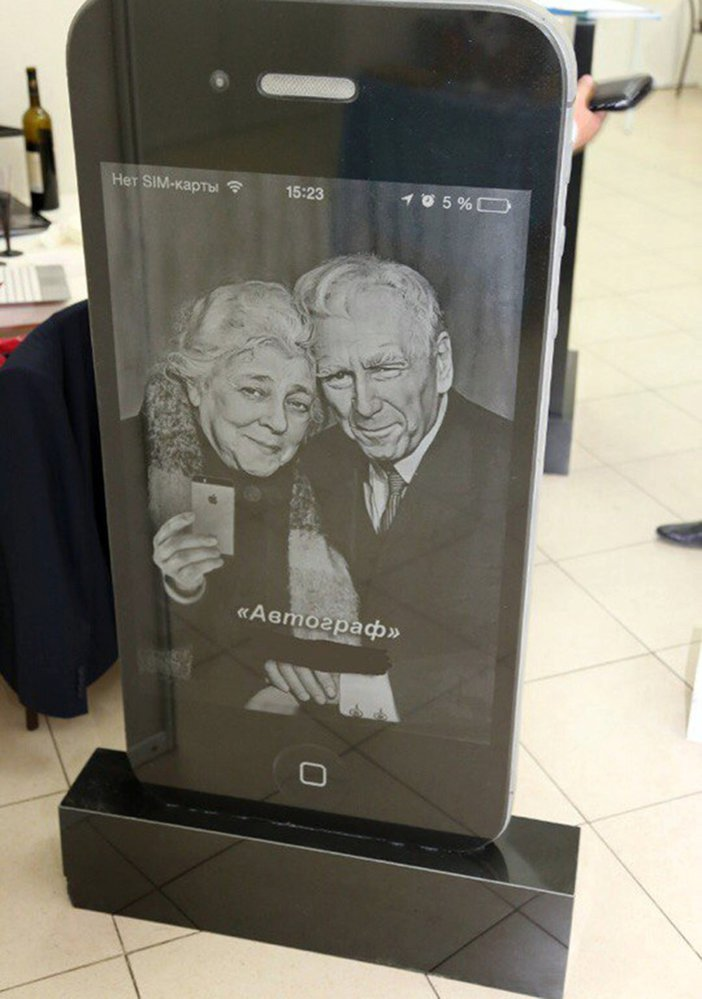 Je libo náhrobek ve tvaru iPhonu?