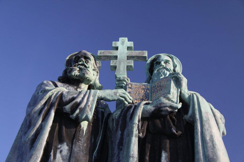 Slovanští věrozvěstové Cyril a Metoděj přišli na Velkou Moravu v roce 863. Česká republika i Slovenska tento svátek každoročně slaví 5. července. (Ilustrační foto: sousoší na vrcholu Radhoště)