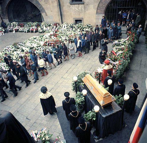 Na nádvoří pražského Karolina se konalo rozloučení s Janem Palachem,studentem Filozofické fakulty Univerzity Karlovy. Od ranních hodin přicházely delegace z celé republiky, aby se poklonily památce tragicky zesnulého studenta.