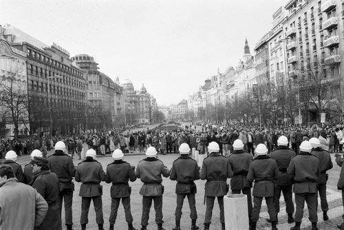 Řada příslušníků SNB - policie na Václavském náměstí během demonstrace k 20.výročí upálení Jana Palacha v Praze na Václavském náměstí.