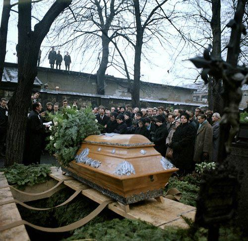Poslední rozloučení u hrobu Jana Palacha na Olšanských hřbitovech v Praze