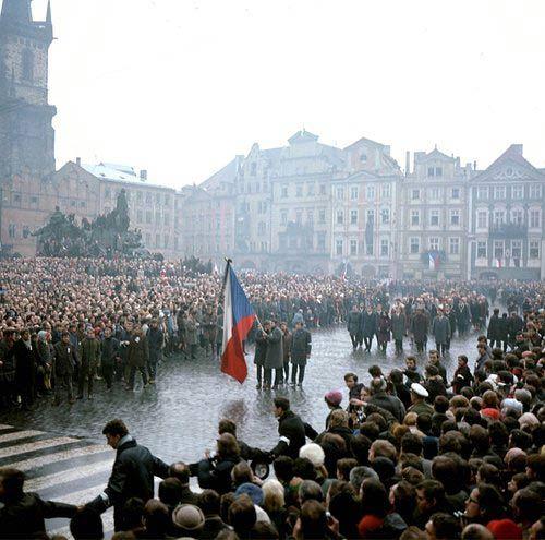 Pohřeb tragicky zesnulého studenta Filozofické fakulty UK Jana Palacha. Pohřební průvod na Staroměstském náměstí v Praze.