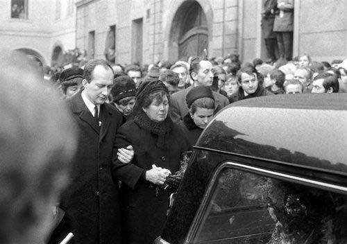 Za účasti studentů a veřejnosti se 25. ledna konal pohřeb studenta Jana Palacha, který se 16. ledna upálil na Václavském náměstí v Praze. Matka Libuše a bratr Jiří s rodinou jdou za automobilem vezoucím pražskými ulicemi Palachovu rakev.